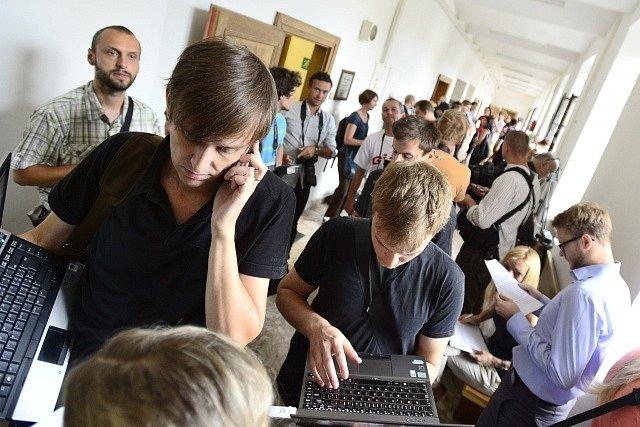 U Krajského soudu v Praze začíná 7. srpna za velkého zájmu médií (na snímku jsou novináři na chodbě soudu) hlavní líčení v kauze poslance a bývalého hejtmana Davida Ratha.