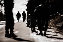 Policisté Krajské pořádkové jednotky Pardubického kraje prohledávali okolí Poličských strojíren kvůli munici rozptýlené výbuchem.