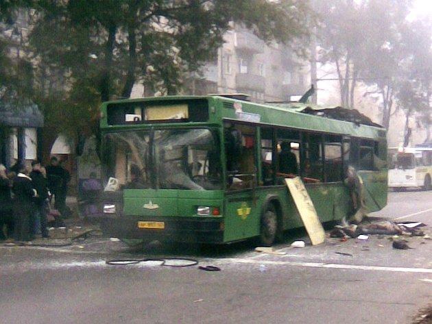 Exploze trhaviny v autobuse městské dopravy.