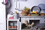 Kredenc a stůl se zabudovaným umyvadlem na mytí nádobí vždycky patřily do venkovské kuchyně. Dnes myčku ukryjete do stylové spodní skříňky. Pro talíře a sklenice využijete horní skříňky s prosklenými dvířky, které snadno přizpůsobíte podle vašich potřeb.