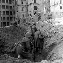 Sovětští vojáci z 62. armády v zákopech ve zničeném Stalingradu