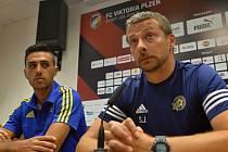 Eran Zahavi (vlevo) a trenér Slavisa Jokanovic z Maccabi Tel Aviv