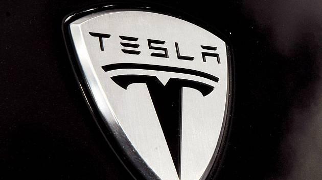 Logo americké automobilky Tesla.