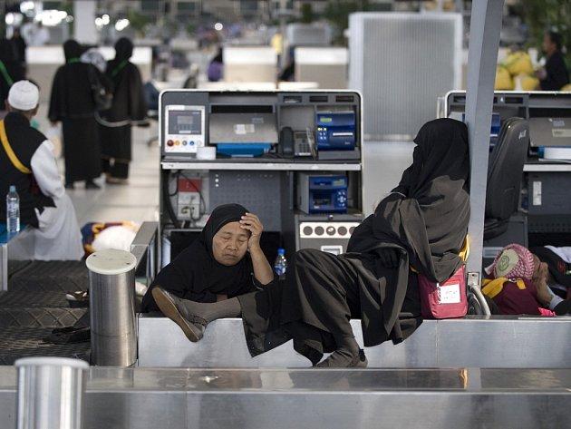 Po týdnu protestů proti vládě thajského premiéra Somčaje Vongsavata došlo v pondělí k částečnému obratu: demonstranti okupující mezinárodní letiště Suvarnabhumi a Don Muang umožnili start čtyřicítce letadel