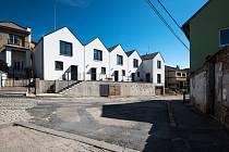 I takhle může vypadat sociální bydlení. Tohle je v Bílovicích nad Svitavou a architektonická kancelář ČTYŘSTĚN je za něj nominována do užšího výběru České ceny za architekturu 2021.