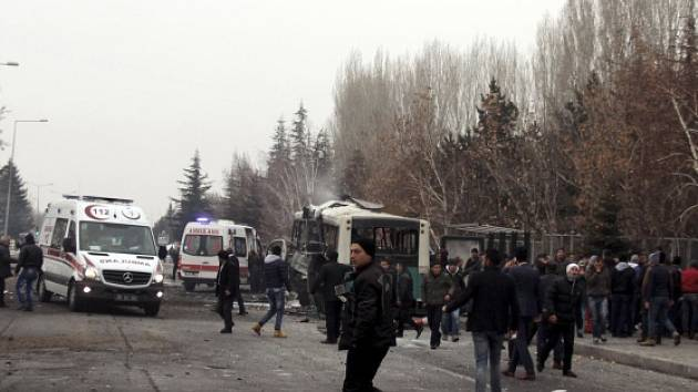 Při atentátu na autobus přišlo dnes ve středotureckém městě Kayseri o život 13 vojáků.