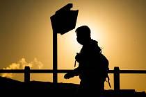 Muž v roušce na ulici v německé obci Laatzen během východu slunce, 6. května 2020