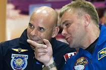 Guy Lalibrete a kosmonaut Maxim Surajev před startem do vesmíru.