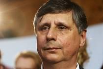 Jan Fischer při sledování voleb 12. ledna v Praze.