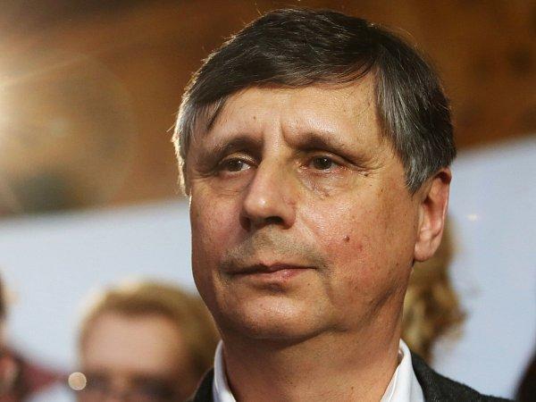 Jan Fischer při sledování voleb 12.ledna vPraze.