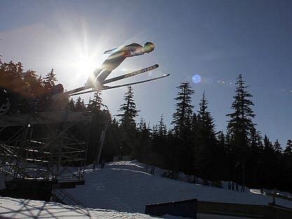 Rakušan Wolfgang Loitzl letí v soutěží družstev pro suverénní zlato.