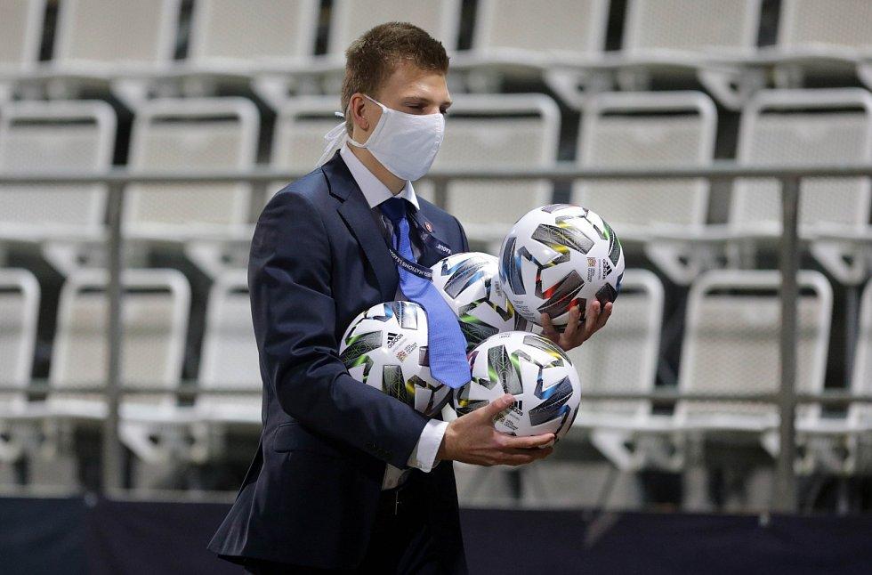 Profesionální fotbalisté chodí v rouškách