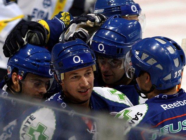 Radost z gólu kladenských hokejistů, nejblíže veterán František Kaberle.