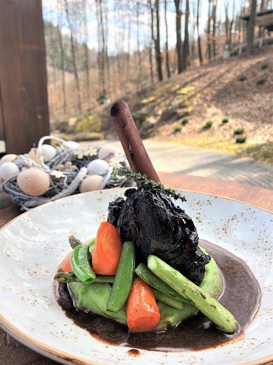 Hlavní chod z Velikonočního menu boxu: Konfitované jehněčí kolínko na pyré z medvědího česneku s glazovanou karotkou a tymiánovou demi glace.