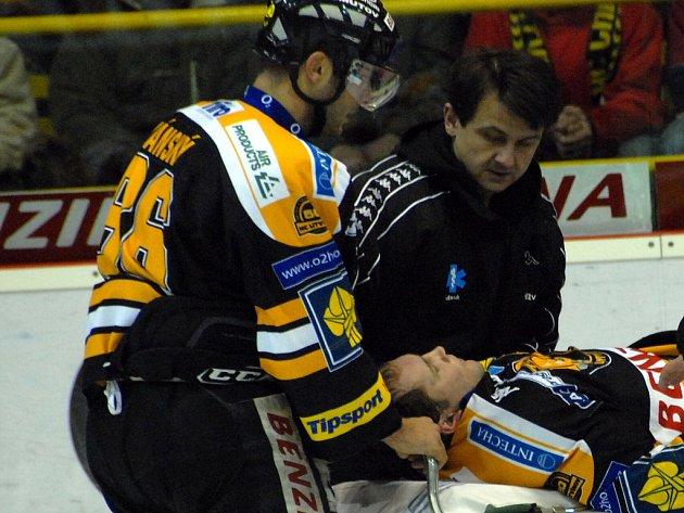Jiří Šlégr hájící dres Litvínova v duelu proti Liberci nečekaně zkolaboval.