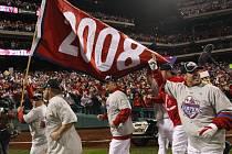 Baseballisté Philadephie oslavují svůj triumf ve Světové sérii.