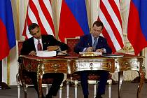 Dmitrij Medveděv a Barack Obama podepsali 8. dubna 2010 na Pražském hradě smlouvu START.