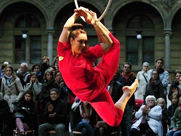 Performance švédského souboru Circus Giass Royale nazvaná Černá madona – v pondělí 8. října Piazzetta u Národního divadla.