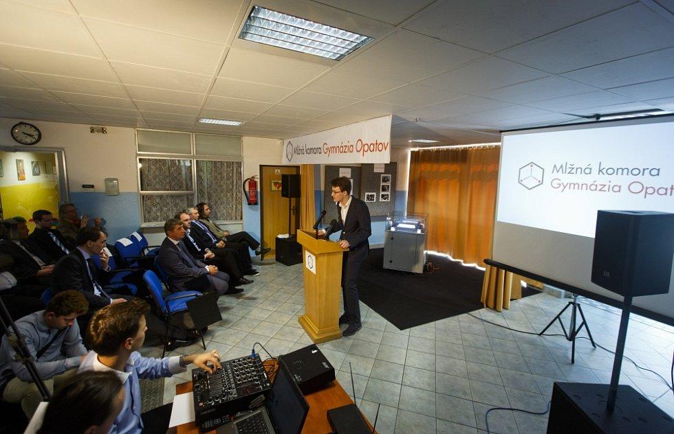 Otevření stálé expozice Mlžné komory na pražském Gymnáziu Opatov proběhlo za účasti ministra financí Andreje Babiše a ministra školství Marcela Chládka 7. dubna.
