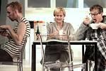 Na jevišti uzavřeného Divadla pod Palmovkou v Praze dokončuje režisér Tomáš Svoboda zkoušky komedie britského autora Petera Quiltera Celebrity, jejíž česká premiéra bude 17. ledna v Divadle Komedie.