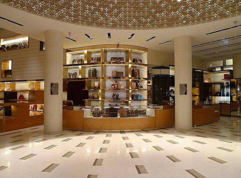 Interiér obchodu značky Louis Vuitton na slavné pařížské třídě Champs-Élysées.