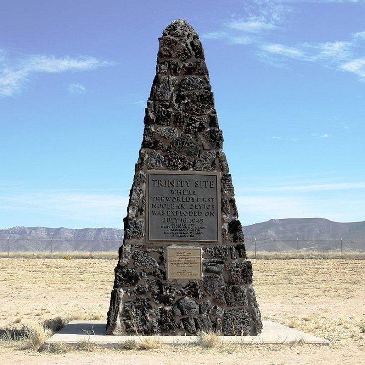 Pamětní obelisk na místě prvního testu jaderné bomby