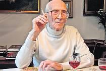 Adolf Branald uměl brilantně vyprávět příběhy lidí, světa umění i technických vynálezů. Na snímku letos v květnu ve svém pražském bytě při rozhovoru pro náš list.