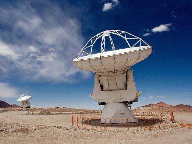Atakamskamskou velkou milimetrovou anténní soustavu (ALMA) tvoří soustava 66 radioteleskopů.