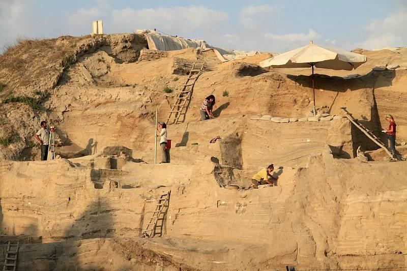 Asikli Höyük byla ještě spíše osada, která se nacházela v Kappadokii ve východní části střední Anatolie. První lidé se zde usadili asi před 10,5 tisíci lety a založili tu jedno z nejstarších sídel tzv. protokeramického období.