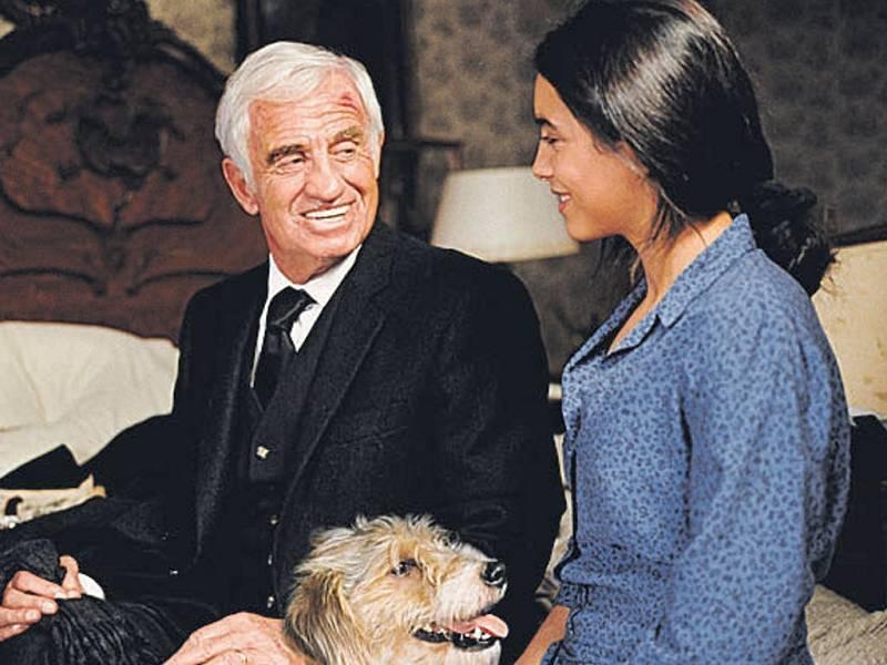 Jean-Paul Belmondo a Hafsia Herziová ve filmu Muž a jeho pes.