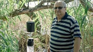 Hrozící komáří kalamitě pomáhají na Břeclavsku předejít hygienici, kteří pravidelně sledují výskyt komárů ve vytipovaných lokalitách převážně v lužních lesích. Zkušený Oldřich Šebesta vyzvedává s kolegyní pasti i po odchodu do důchodu.
