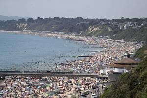 Přeplněné přímořské letovisko v anglickém Bournemouthu