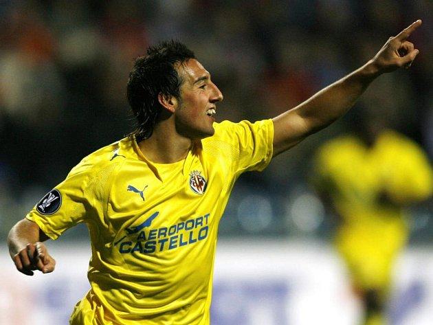 Gonzalez Cazorla z Villarrealu slaví svůj gól proti Mladé Boleslavi.