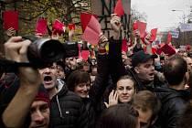"""Demonstranti na Albertově vystavují Zemanovi """"červenou kartu"""". 17. listopad 2014, Praha."""