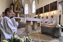 V Číhošti na Havlíčkobrodsku dnes lidé vzdávají úctu faráři Josefu Toufarovi umučenému před 65 lety komunistickou Státní bezpečností (StB).