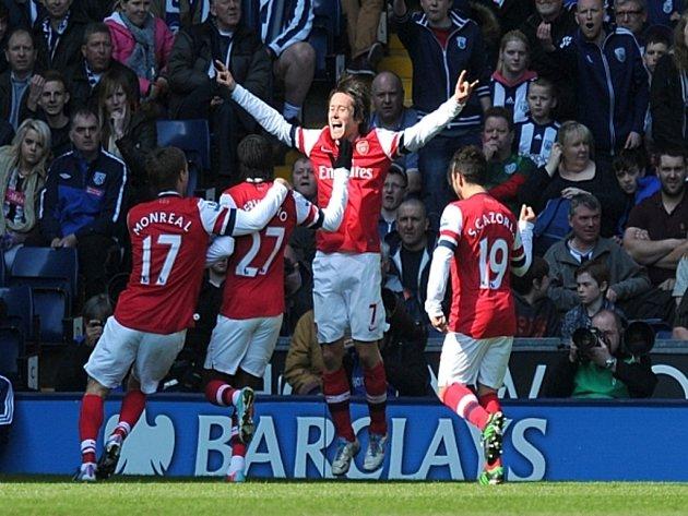 Tomáš Rosický z Arsenalu (uprostřed) sestřelil West Bromwich Albion dvěma góly.