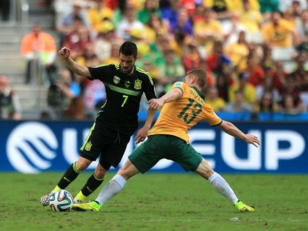 David Villa ze Španělska (vlevo) a Oliver Bozanic z Austrálie.