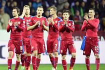 Čeští fotbalisté děkují po výhře nad Islandem fanouškům v Plzni.