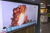 Reportáž o testu rakety KLDR v televizi na nádraží v Soulu 2. října 2019