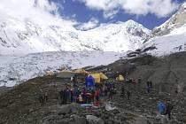 Lavina smetla třetí výškový tábor horolezců na hoře Manaslu, která se tyčí do výšky 8163 metrů nad mořem.