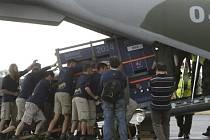Zaměstnanci pražské zoo nakládali 1. července na letišti v pražských Kbelích bedny s koňmi Převalského, kteří odletěli do Mongolska.