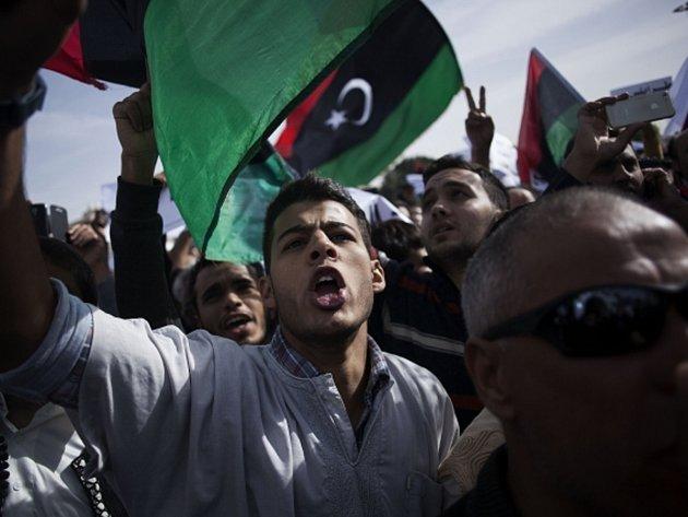 Několik tisíc obyvatel libyjské metropole dnes manifestovalo v ulicích města, aby přinutilo ozbrojené milice z Tripolisu odejít.