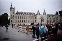 Policejní páska v centru Paříže poblíž místa, kde muž útočil nožem na policisty
