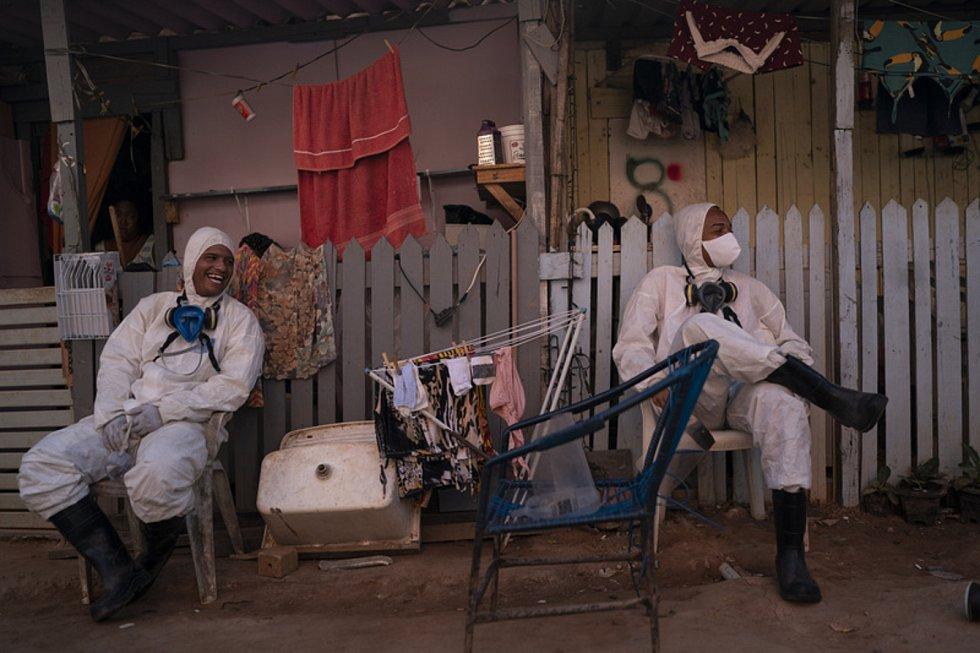Dobrovolníci dezinfikují chudinskou oblast Rio de Janeira, aby zabrálnili šíření koronaviru