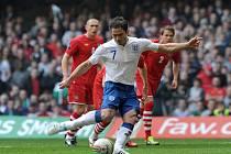 Anglická opora Frank Lampard střílí penaltu proti Walesu.
