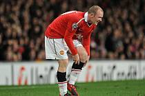Neposlušný střelec Manchesteru United Wayne Rooney v duelu proti Rangers.
