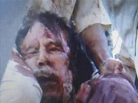 Svržený libyjský vůdce Muammar Kaddáfí byl dopaden a podlehl zraněním, která při zadržení utrpěl.