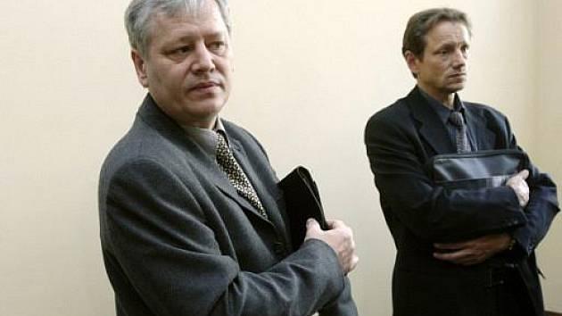 Bývalý šéf představenstva H-Systemu Petr Smetka (vlevo) a jeden z manažerů firmy Jaroslav Vítek čekají na chodbě vrchního soudu. Ilustrační foto