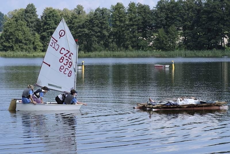 Plachetnice zachraňuje trosečníka.