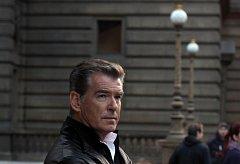 Jeden z nejznámějších představitelů agenta Jamese Bonda, irský herec Pierce Brosnan při natáčení reklamy 22. března u Národního divadla v Praze.